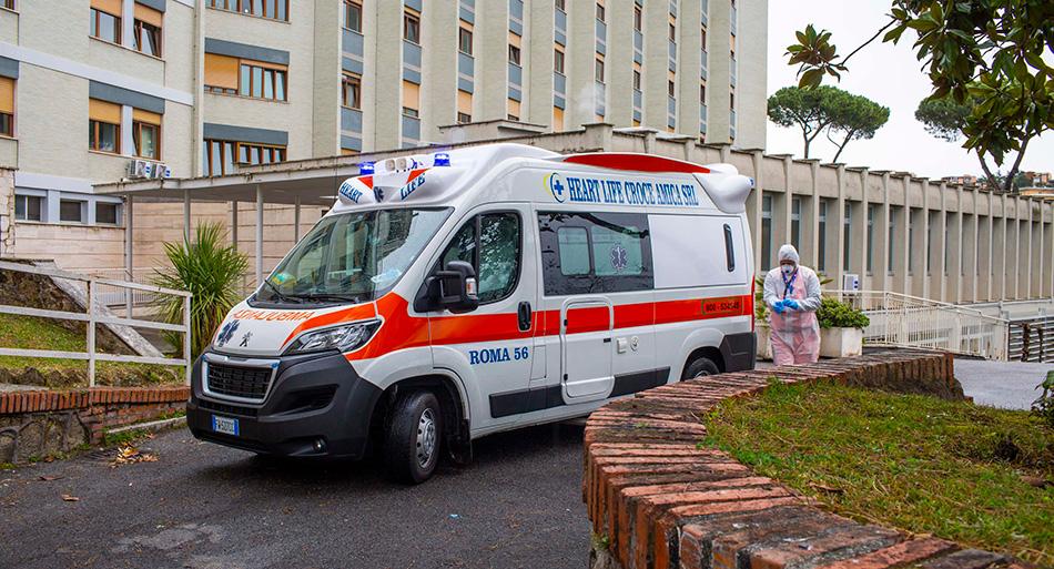 Un'ambulanza trasporta un paziente Covid19 dal Pronto Soccorso del Policlinico Gemelli al Covid2 Hospital