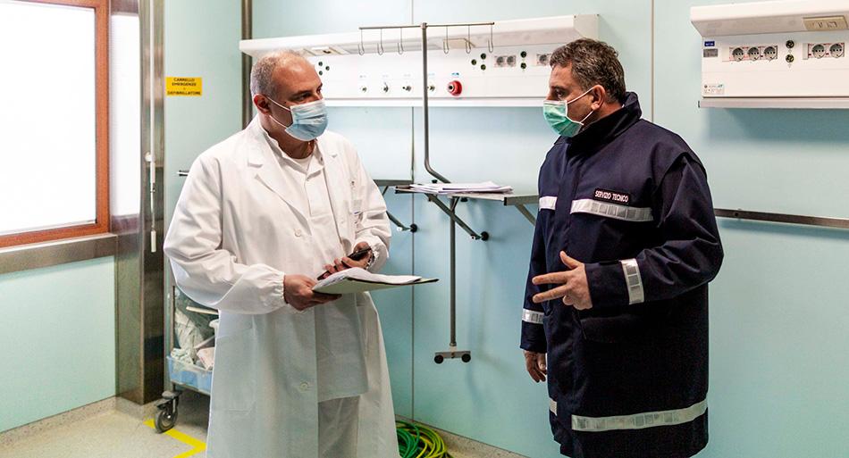 Il prof. Gennaro Capalbo, direttore sanitario del Covid2 Hospital, durante un sopralluogo in un reparto dell'ospedale ancora in costruzione
