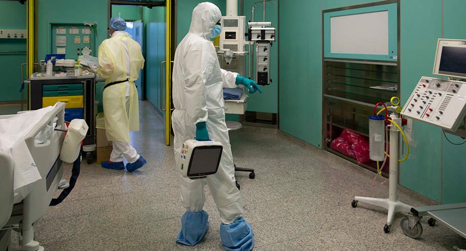Un tecnico installa un monitor per il controllo delle frequenze vitali all'interno della terapia intensiva del Covid2