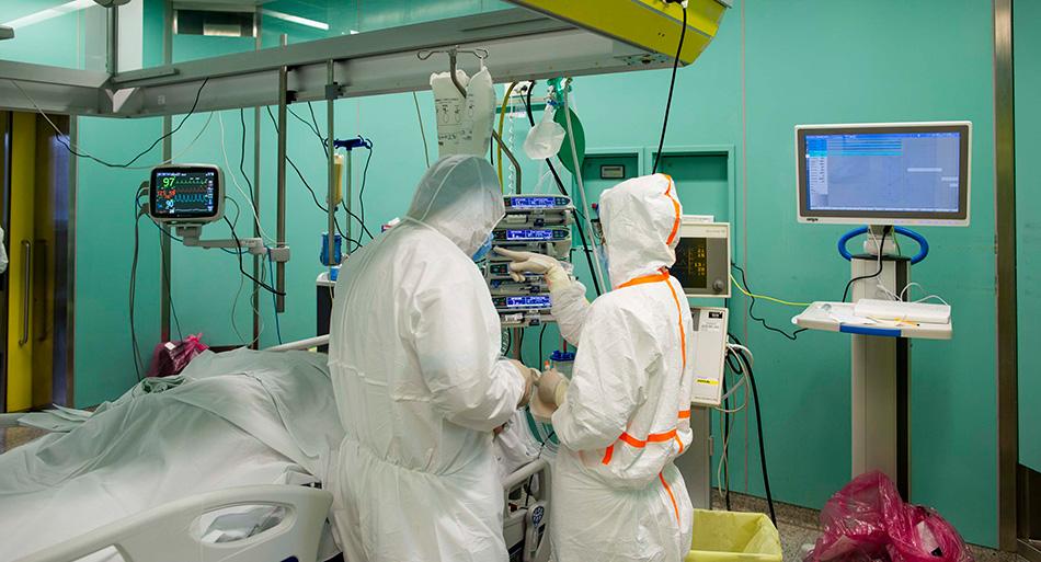 All'interno del Covid2, medici e infermieri monitorano lo stato di un paziente che necessita di sostegno respiratorio