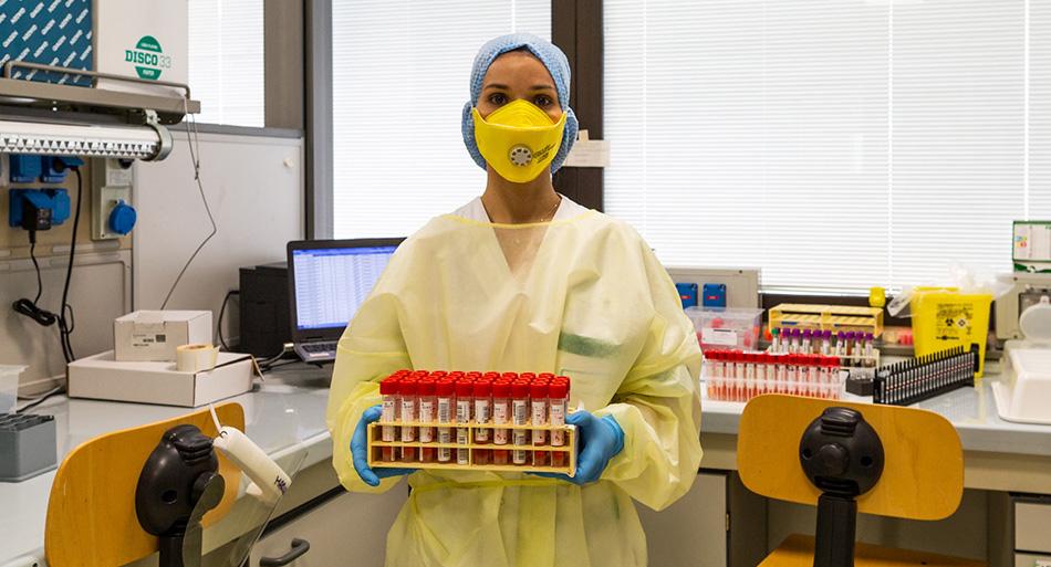 Nel laboratorio di Virologia del Policlinico Gemelli, un tecnico di laboratorio con i tamponi effettuati