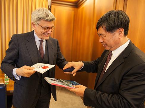 Il presidente dell'Inail, Massimo De Felice, con il viceministro cinese Fu Jianhua, che ha guidato la delegazione della Saws