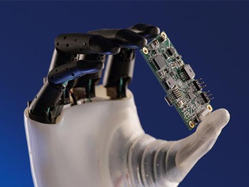 immagine mano robotica