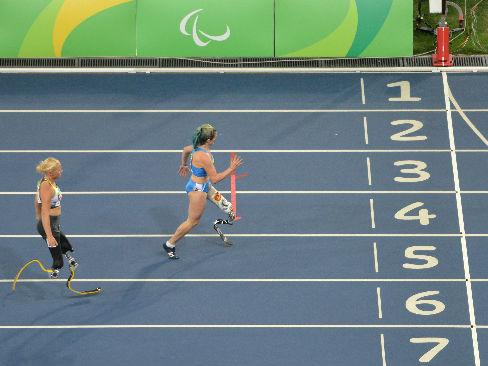 Martina Caironi piomba per prima sul traguardo dei 100 metri T42 alle Paralimpiadi di Rio