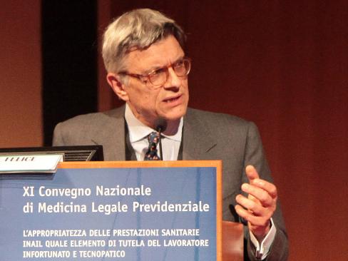 Il commissario straordinario Massimo De Felice durante il suo intervento a Genova alla sessione congiunta del IX seminario della Contarp e dell'XI convegno della Sovrintendenza sanitaria Inail