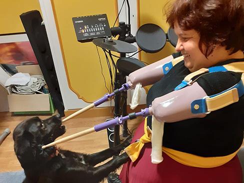 Immagine di Monica che suona la batteria con le protesi